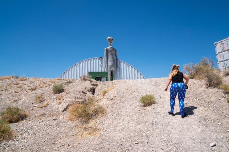 4 JUILLET 2018 - RACHEL, NANOVOLT : La femelle adulte marche vers une statue étrangère Concept pour l'abduction étrangère photo stock