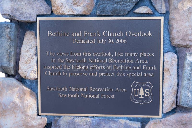 19 JUILLET 2018 - STANLEY, IDENTIFICATION : La plaque commémorative consacrée à Bethine et le Frank Church donnent sur dans la ré photographie stock
