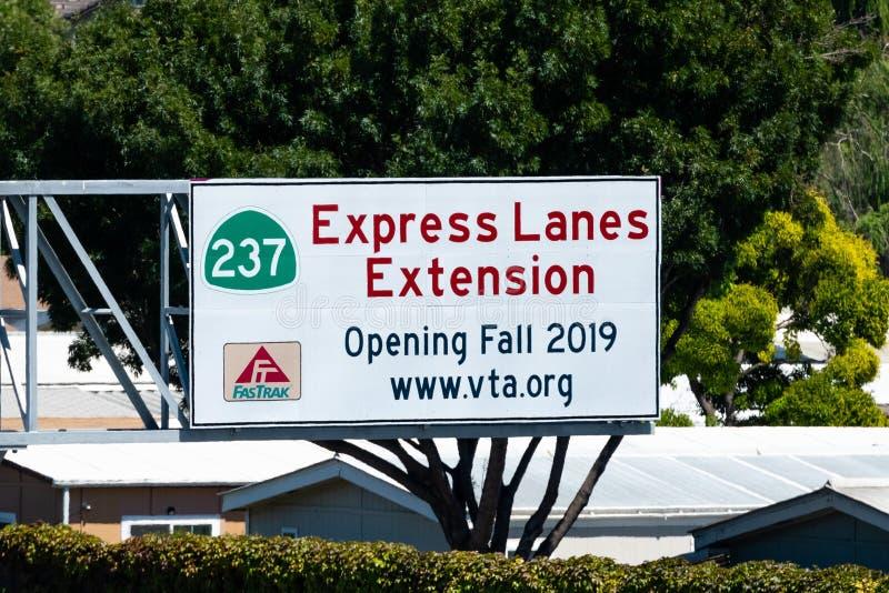 19 juillet 2019 Sunnyvale/CA/Etats-Unis - le signe d'extension de files expreses a signalé sur une autoroute locale dans la régio photo libre de droits