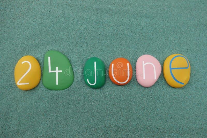 24 juin, date civile composée avec les pierres colorées multi au-dessus du sable vert illustration libre de droits