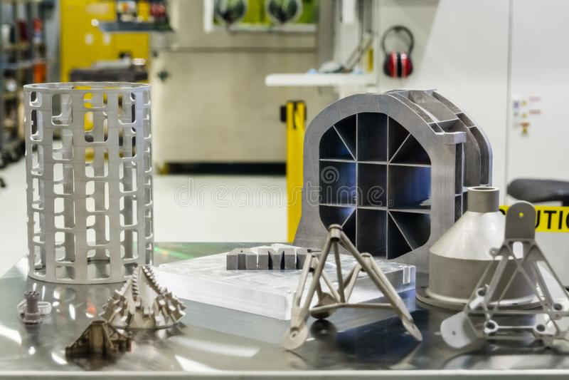 10 juin 2018 La Canada Flintridge/CA/Etats-Unis - les pièces de rechange 3D en métal imprimées à l'installation de fabrication de photo libre de droits