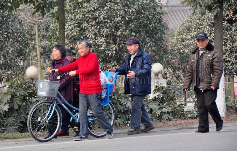 Juin le, Chine : Aînés marchant le long de la route photos libres de droits