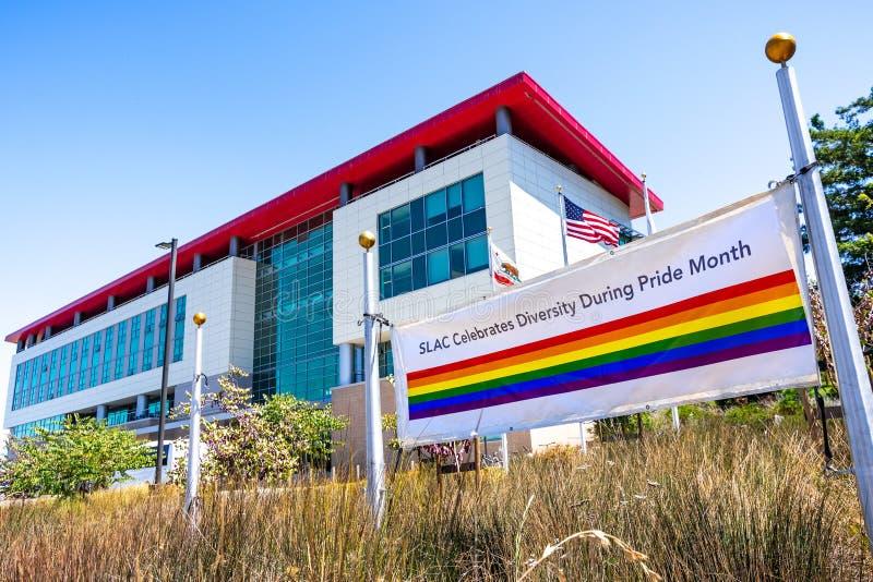 21 juin 2019 Menlo Park/CA/Etats-Unis - Pride Flag montré près de l'entrée au laboratoire national d'accélérateur de SLAC à l'ori images stock