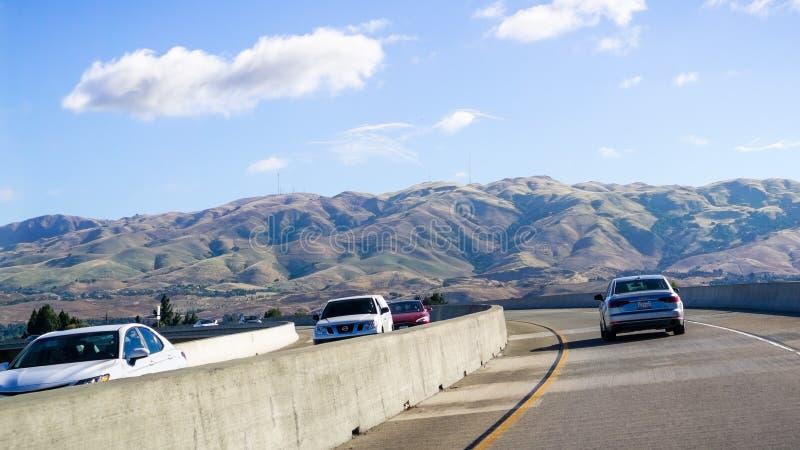 26 juin 2019 Milpitas/CA/Etats-Unis - conduisant sur la file exprese pour commuter entre les routes ; Crête de mission, crête de  photographie stock