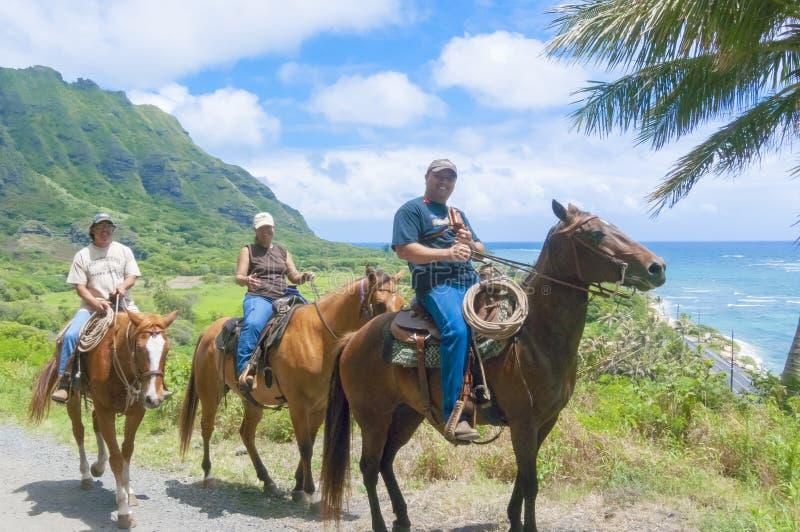 Juin 2012 Oahu : ces touristes découvrent le northshore d'Hawaï Oahu à cheval photos libres de droits