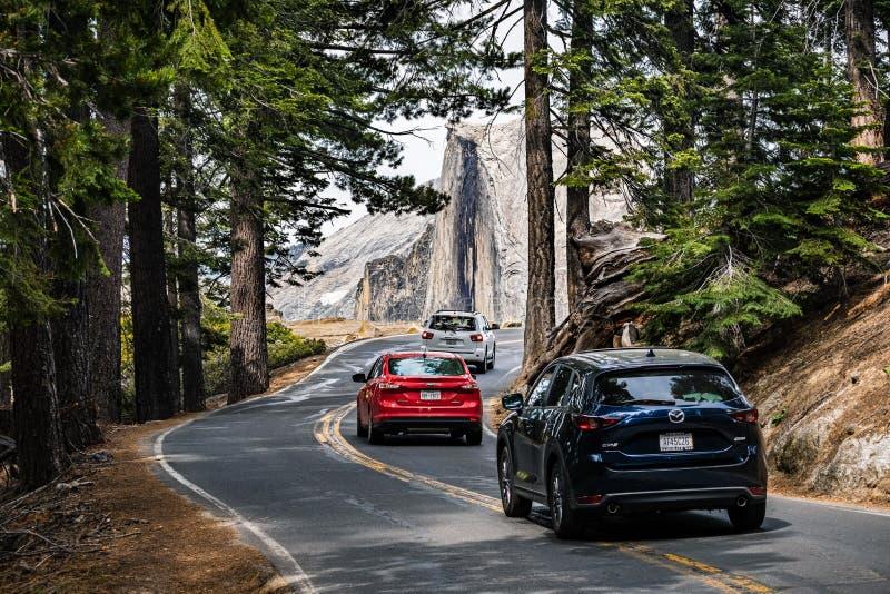 27 juin 2019 parc national de Yosemite/CA/Etats-Unis - entraînement de voitures vers le point de glacier en parc national de Yose photographie stock