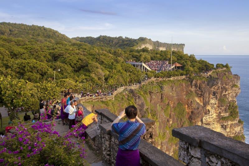 24 JUIN 2016 : Photographie de prise de touristes au temple d'Uluwatu, Bali Indonésie photos stock