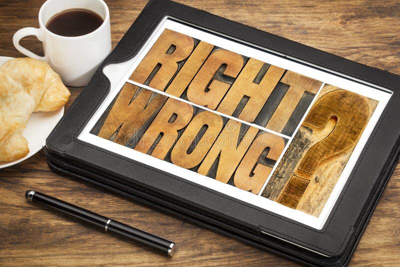 Juist of verkeerd dilemma op tablet stock foto's