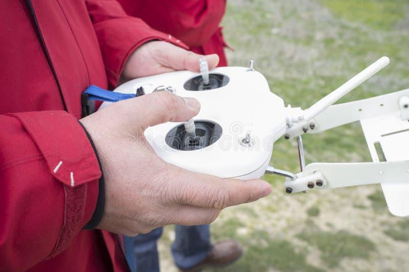 Juiste controlestok voor gaspedaal Proefmanoeuvre dron op ver stock foto