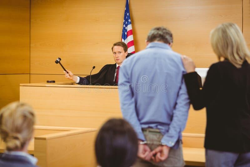 Juiz aproximadamente para golpear o martelo em soar o bloco fotografia de stock royalty free