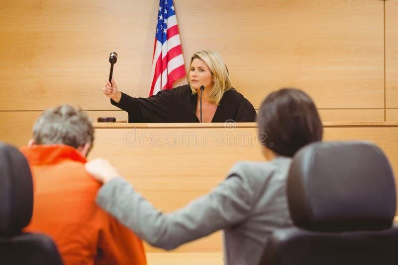 Juiz aproximadamente para golpear o martelo em soar o bloco imagens de stock