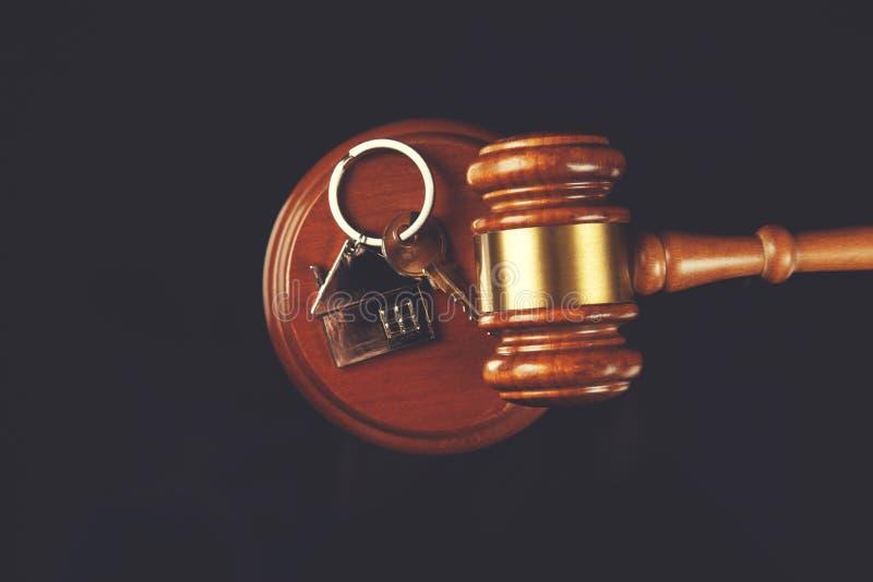 Juiz com chave da casa fotos de stock royalty free