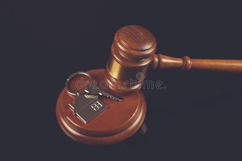 Juiz com chave da casa imagens de stock royalty free
