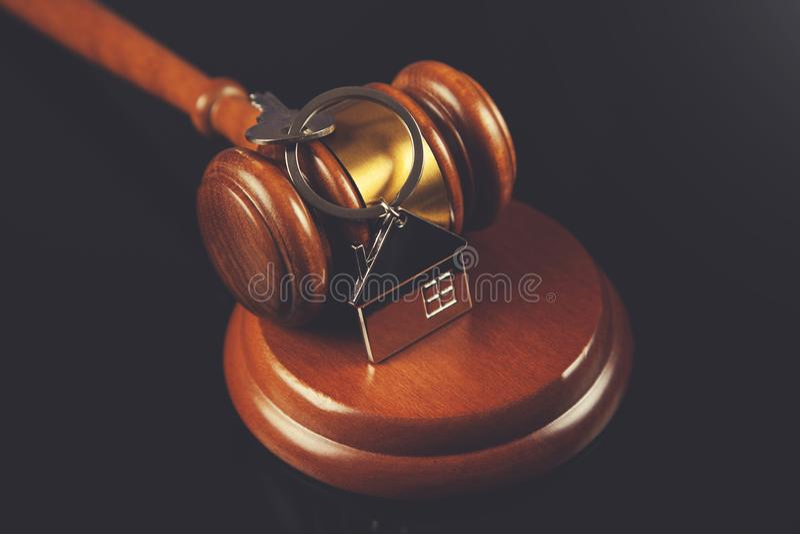 Juiz com chave da casa imagem de stock royalty free