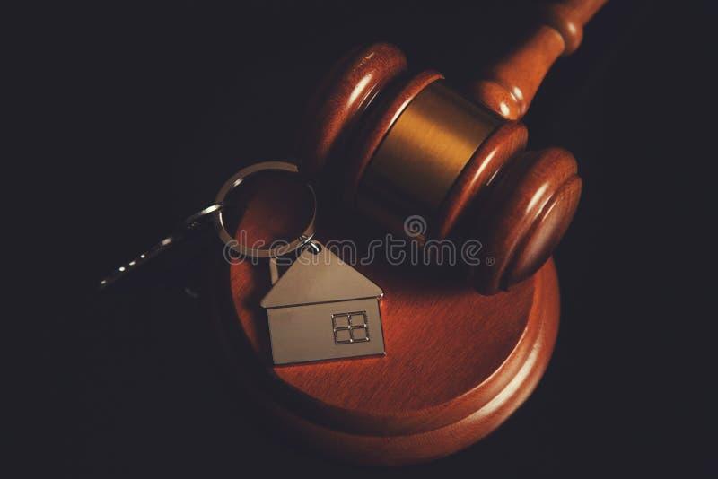 Juiz com chave da casa fotografia de stock