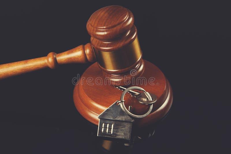 Juiz com chave da casa fotos de stock