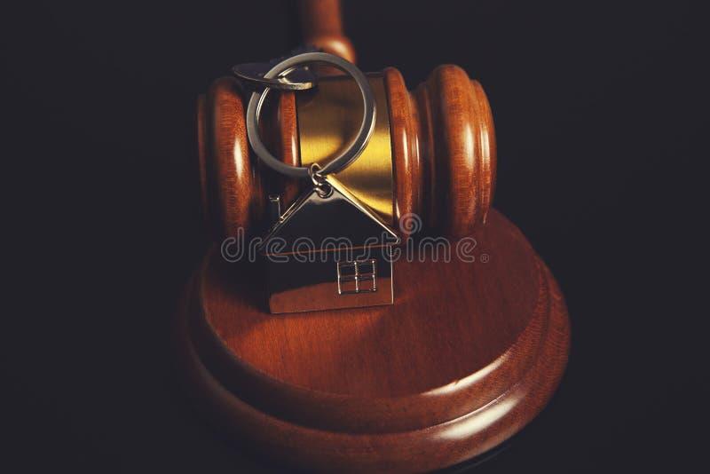 Juiz com chave da casa foto de stock