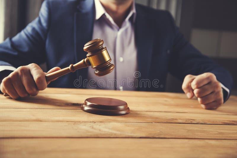 Juiz da mão do homem com punho imagem de stock
