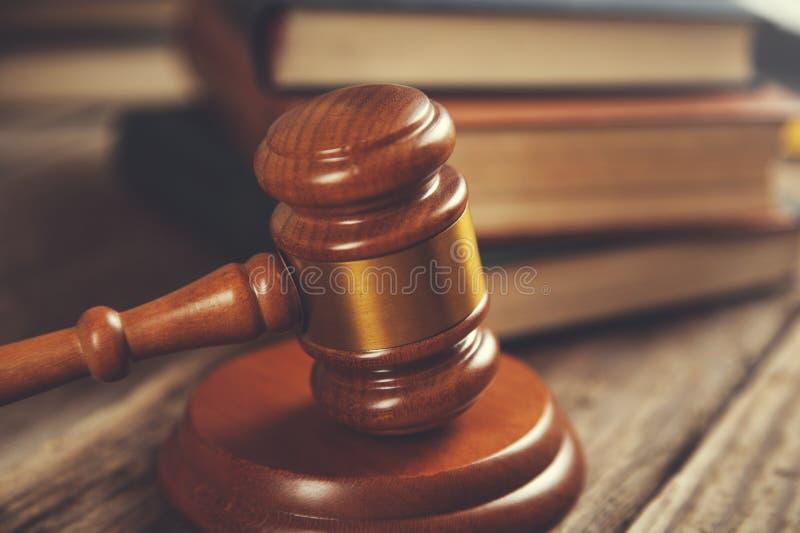 Juiz e livros imagem de stock royalty free