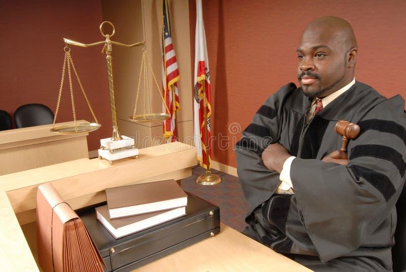 Juiz em sua sala do tribunal imagens de stock royalty free