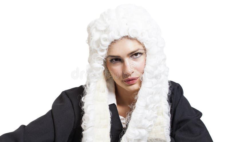 Juiz fêmea que veste uma peruca e um envoltório preto fotos de stock