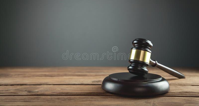 Juiz Gavel em uma mesa de madeira Conceito da LEI fotografia de stock
