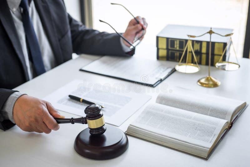 Juiz Joel Gavel com juristas, conselheiros ou advogados que trabalhem num processo judicial, num tribunal, no direito jurídico, n imagem de stock