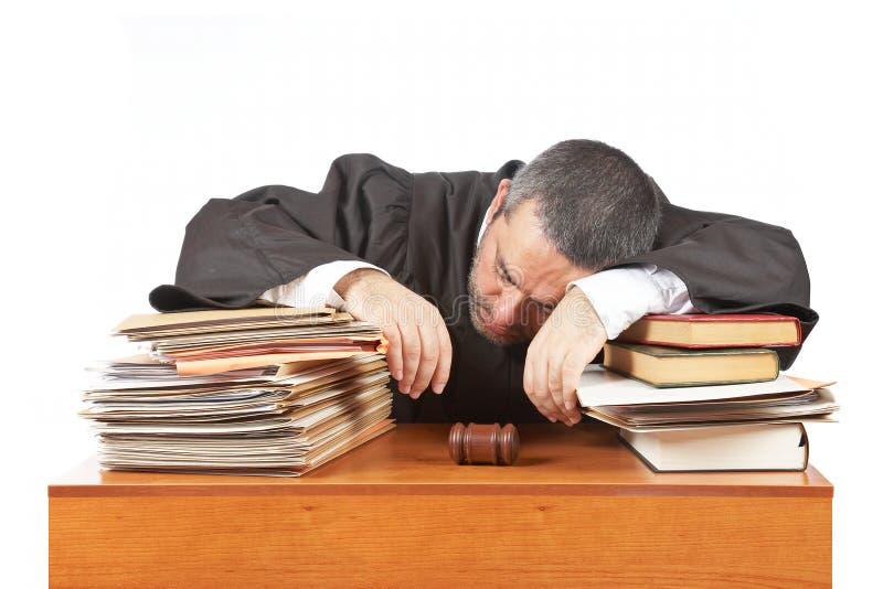 Juiz masculino que dorme sobre os arquivos fotografia de stock royalty free