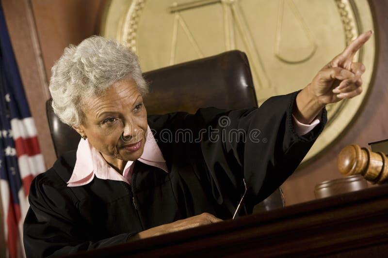 Juiz Pointing In Courtroom foto de stock