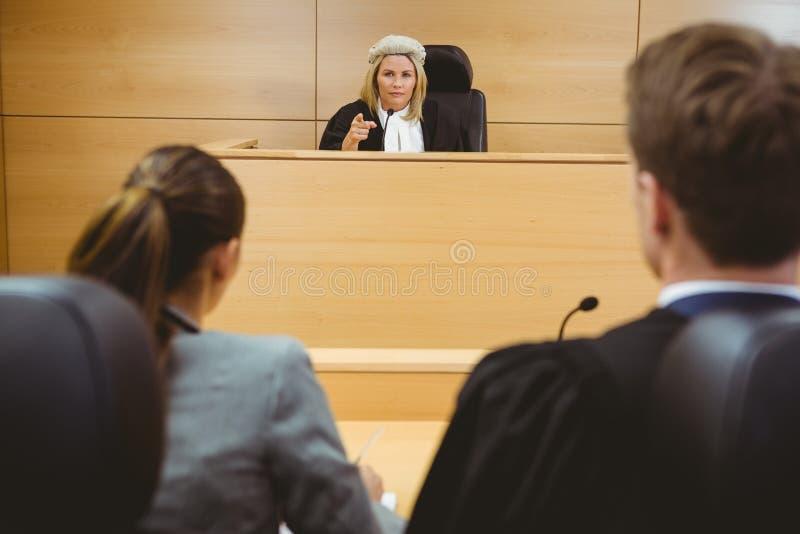 Juiz que fala com advogados para tomar uma decisão fotos de stock