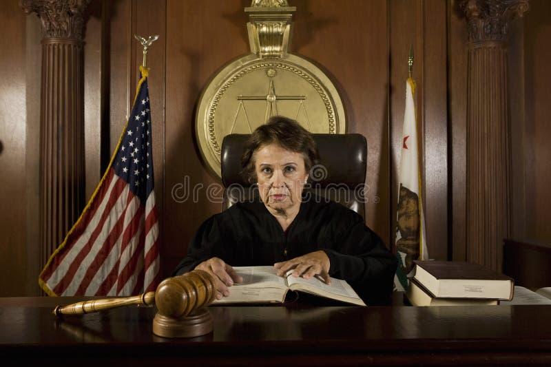 Juiz Sitting In Courtroom foto de stock