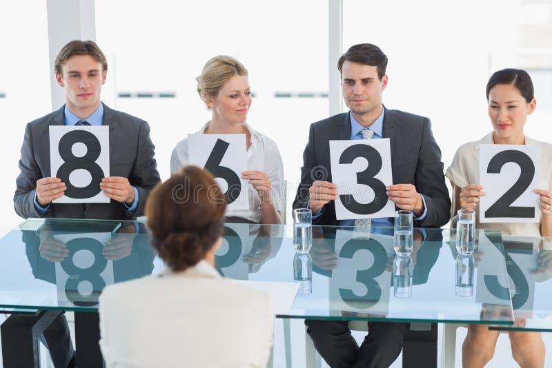 Juizes em seguido que guardam sinais da contagem foto de stock