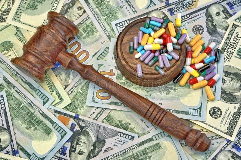 Juizes martelo e drogas no fundo do dinheiro do dólar imagens de stock royalty free
