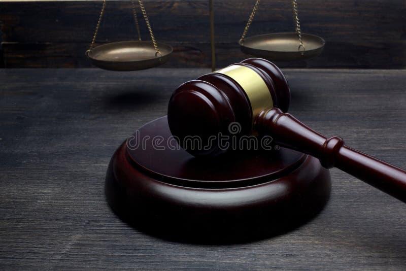 Juizes martelo e escala de justiça no fundo preto da tabela Conceito da LEI fotografia de stock royalty free