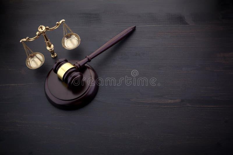 Juizes martelo e escala de justi?a no fundo preto da tabela Conceito da LEI imagens de stock