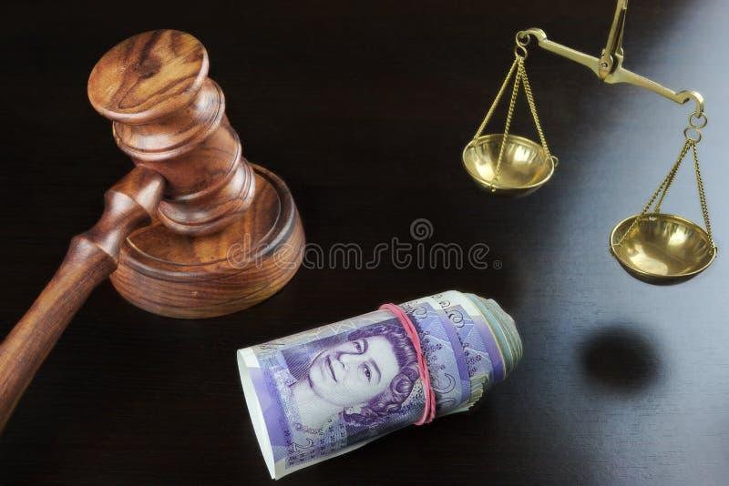 Juizes martelo, escala de justiça And British Cash na tabela imagens de stock royalty free