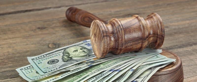 Juizes ou leiloeiros martelo e pilha do dinheiro no fundo de madeira fotos de stock royalty free