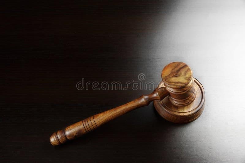 Juizes ou martelo da noz dos leiloeiros na tabela preta fotos de stock royalty free