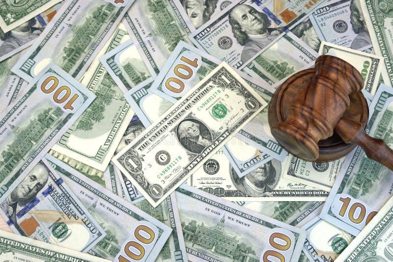Juizes ou martelo do leiloeiro no fundo do dinheiro do dólar imagens de stock