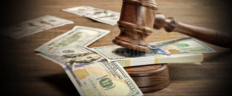 Juizes ou martelo e dinheiro do leiloeiro na tabela de madeira imagens de stock