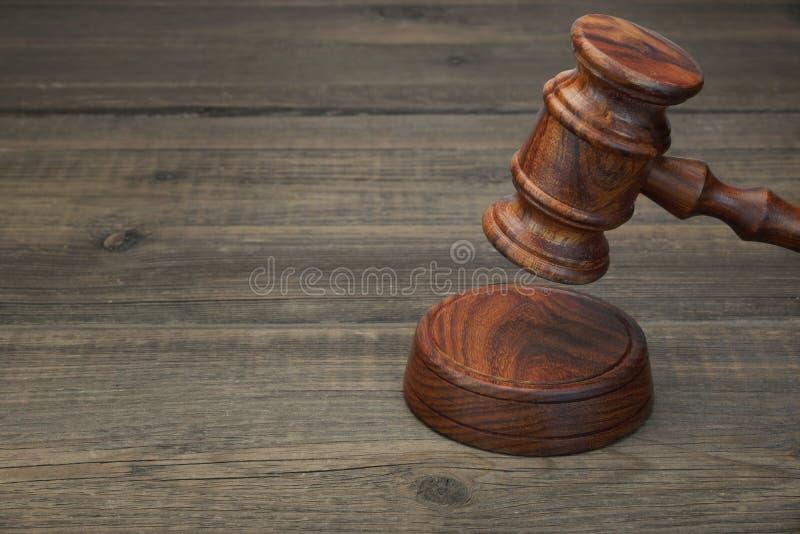 Juizes ou martelo real do leiloeiro na tabela de madeira preta fotos de stock royalty free