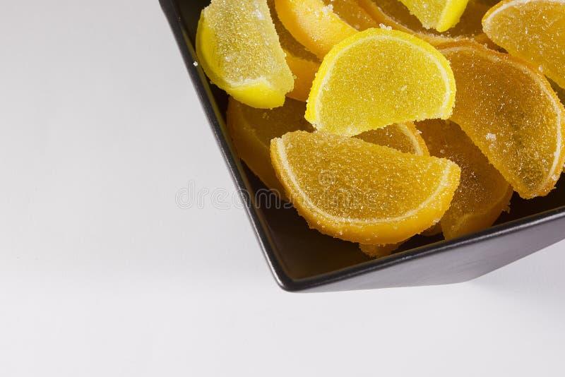 Jujuba dos doces como o limão e fatias alaranjadas imagens de stock