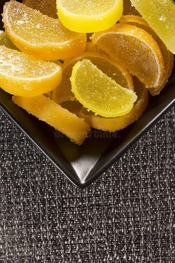 Jujuba dos doces como o limão e fatias alaranjadas imagens de stock royalty free