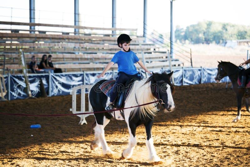 Jujubas Yakov, Israel - 28 de setembro de 2016: Lições de equitação para crianças foto de stock