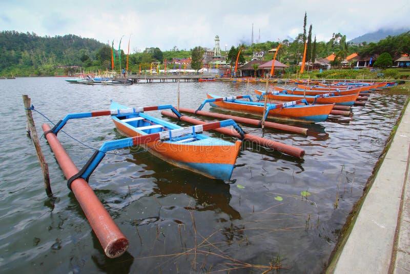 Jukung传统巴厘岛渔船在Beratan湖 库存图片