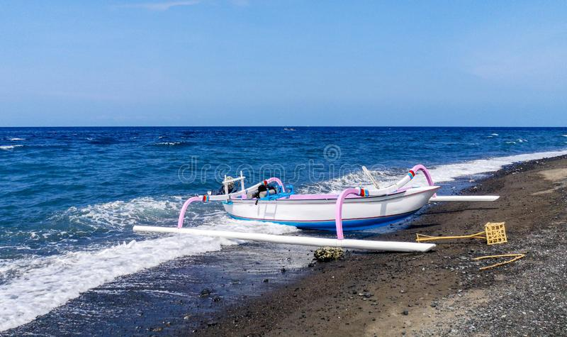 Jukung,传统巴厘语渔船,在海滩在Amed 巴厘岛印度尼西亚 免版税库存图片