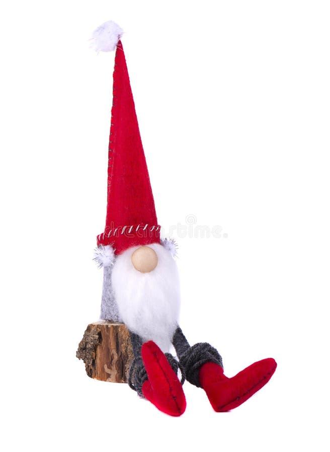 Julälva med den spetsiga hatten Den skandinaviska gnomen, fiska med drag i, den dekorativa julleksaken som isoleras på vit bakgru royaltyfri bild