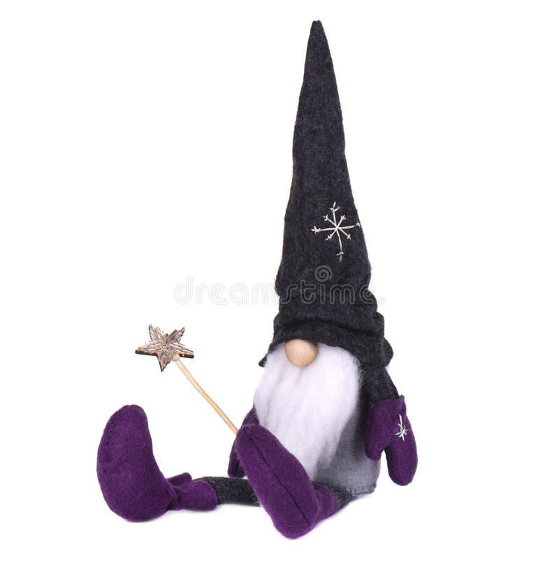 Julälva med den spetsiga hatten Den skandinaviska gnomen, fiska med drag i, den dekorativa julleksaken som isoleras på vit bakgru royaltyfria foton