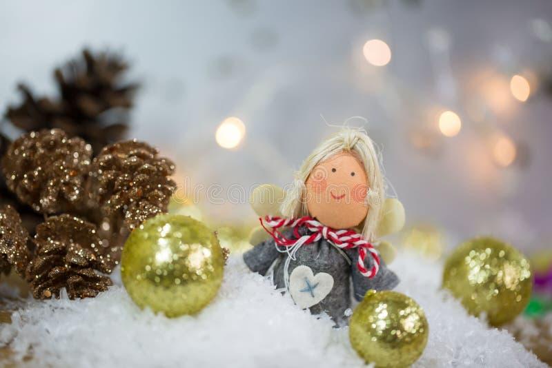 Julängeln i snön med julgranen klumpa ihop sig royaltyfria bilder