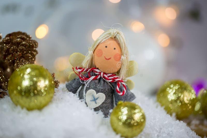 Julängeln i snön med julgranen klumpa ihop sig royaltyfri fotografi